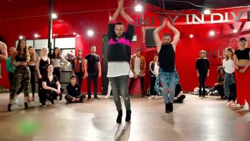 这个穿高跟鞋的舞蹈大师,真的是每场舞蹈都离不开高跟鞋啊