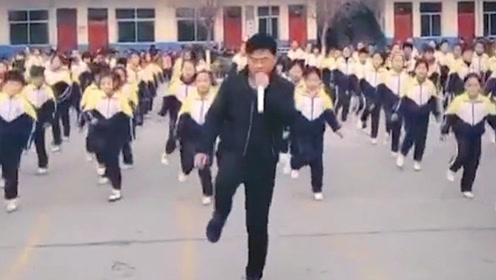 校长嗨了,带着全校小学生跳鬼步舞,央视记者都来采访了!