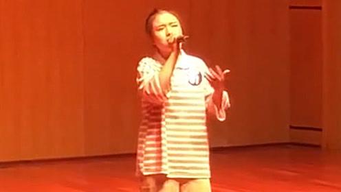 女同学唱《是否》开口跪,都是音乐老师教不了的学生!