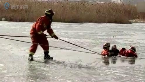 喀什北湖公园两小孩玩耍不慎落水 消防员将其相继救出送上救护车