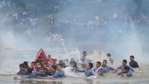 元宵节还能这样玩?福建村民集体跳进河里抬神像,上演泼水大狂欢