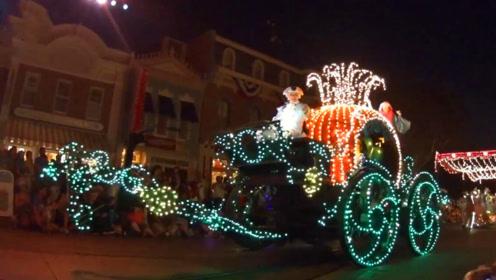 全球第一座迪士尼夜晚花车巡游表演!