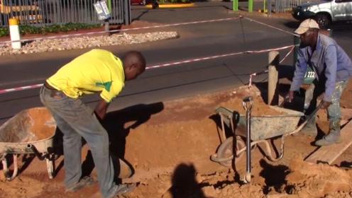 非洲人用这种方法盖房子,多久可以盖完?3天的工程用了三年才完成