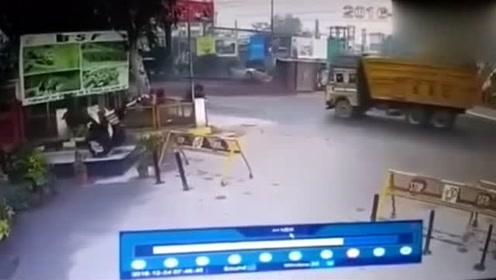 大货车为救下这这位路人,接下来一幕小轿车实在无辜!