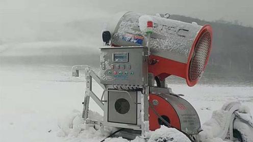 工作中的人工造雪机