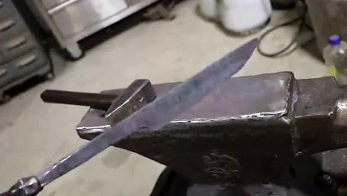 外国牛人用铁棍锻造一把锋利无比的匕首,看完真是长见识了,厉害