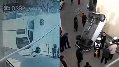 """7旬老人醉驾冲下4米高台 轿车""""四脚朝天""""躺路边"""