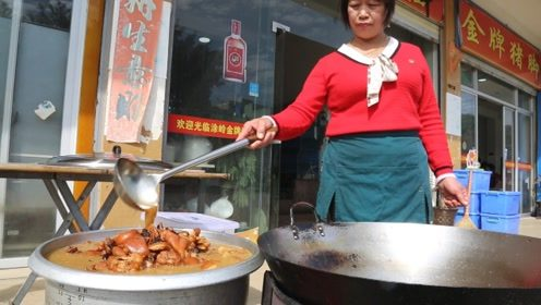 彪悍的农村大姐,每天3大锅炖300斤肉,靠一道菜年赚几十万,厉害