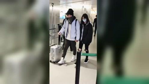 郑爽张恒十指相扣现身机场,妈粉只想把小爽的破洞裤缝起来!