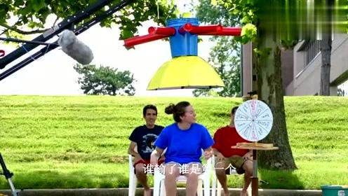 老外发明巨型湿头帽,淋什么全看命,运气不好的小伙会有多惨?