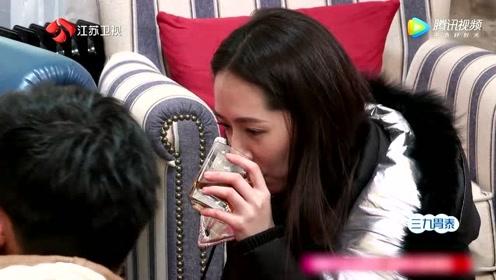 向佐给郭碧婷送水,都是跪着递给她,向佐对郭碧婷是真爱呀