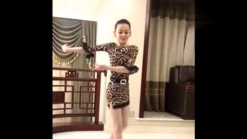 小萝莉一身豹纹舞裙凸显魅力,拉丁舞跳得太带劲了,不愧是冠军!