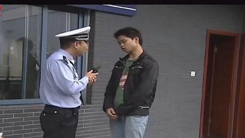 段子手交警:小伙连闯红灯,装嫩叫警察大哥就想跑,太能作吧!