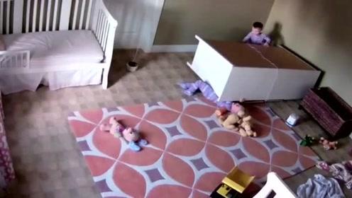 柜子翻倒砸到弟弟,两岁的哥哥立刻展开营救,机智又勇敢