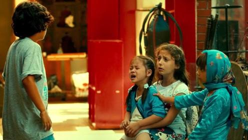 小女孩与外国小朋友在一起,有人说见过她的父母,大家一起帮她