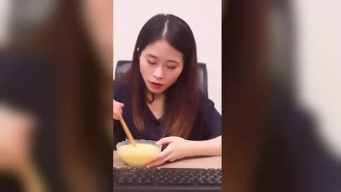 办公室小野:今天有同事收到黄玫瑰了,我一点都不羡慕又不能吃
