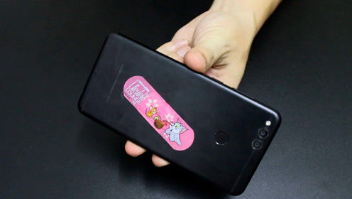 手机上粘贴一个创可贴,方法简单又实用,经常玩游戏的会需要