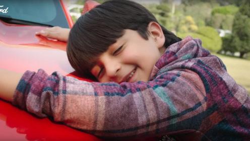 男孩嗜车成命,老爸豪送福特野马当生日礼物,这么小有驾照开?