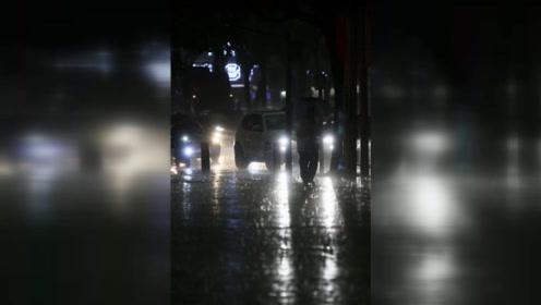 广州降下暴雨 白天如黑夜