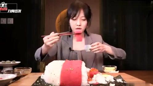 大胃王mini挑战自己的嘴容量,红金枪鱼包裹的巨型寿司,我只服你!