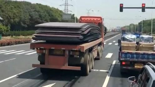 货车闯红灯是有理由的,如果刹车,可能命都没了!