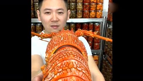 东北大哥整点大龙虾吃,咬一口吃的老爽了,网友:是我向往的生活