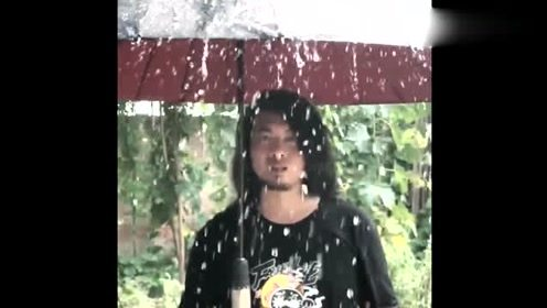 """网红耿哥发明""""奇葩雨伞""""最适合情侣一起用,你们懂吗?"""