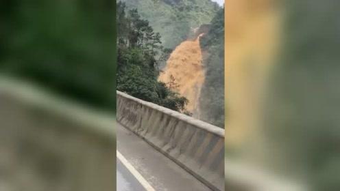 山洪突发!道路被淹交通中断