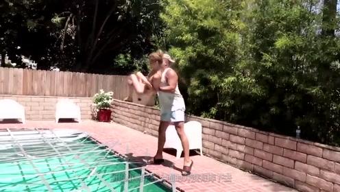 奇葩老外将泳池用胶带全部封上,然后一脚踩上去,网友:太闲了?