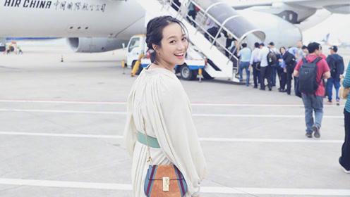 周一围终于给朱丹化了 走机场美到不敢认 一袭仙女裙气质如少女