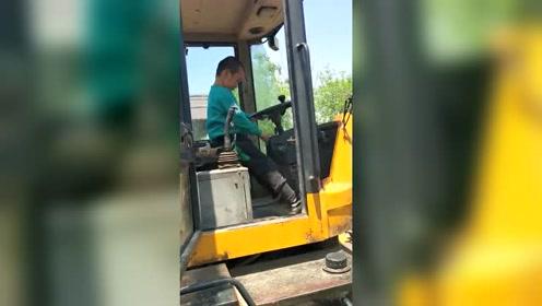 像模像样,啥都敢动啊,挖掘机都敢开!
