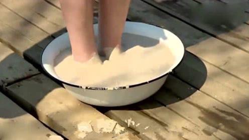 作死老外将脚固定水泥里沉湖,看看能不能挣脱出来,场面一度刺激