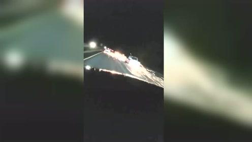 半夜开车回家偶遇飙车,这火花就没停过!