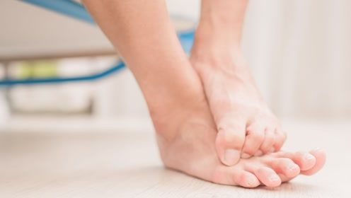 在天气热的时候有脚臭会让人很尴尬,那有什么窍门可以预防呢?