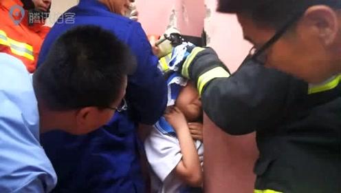 熊孩子被卡新高度:小学生被卡两根承重柱子间,消防员都笑了!