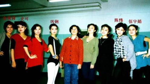 巩俐大学时期和同学的大合影,高级上镜脸在同学中依旧很突出!