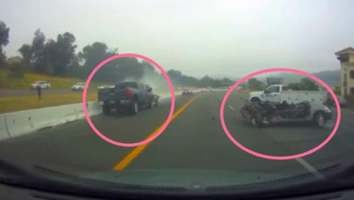 皮卡车失控将两车直接削顶变废铁,司机当场没命