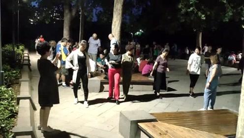 公园发静音令,市民跳无伴奏广场舞