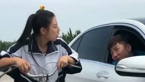 农村姑娘把单车装成奔驰,头顶个塑料袋说是气囊,真是个人才!