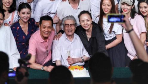 冯远征宋丹丹庆祝人艺67周岁 与老师合影温馨有爱