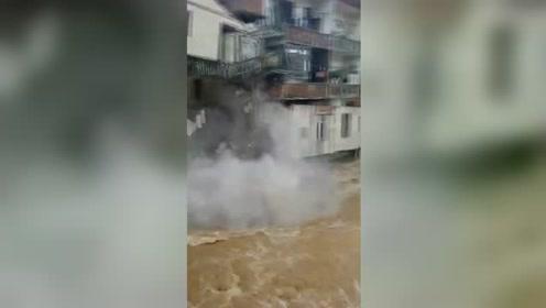 湖南永州洪水冲倒二层房屋 房内人员撤离及时无人员伤亡