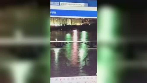 广东河源大桥突然坍塌 两辆轿车入水现已救起一人