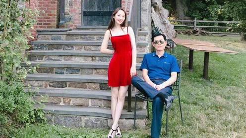 蒋梦婕穿复古红裙与爸爸的合照,二人白到发光 爸爸神似郑少秋