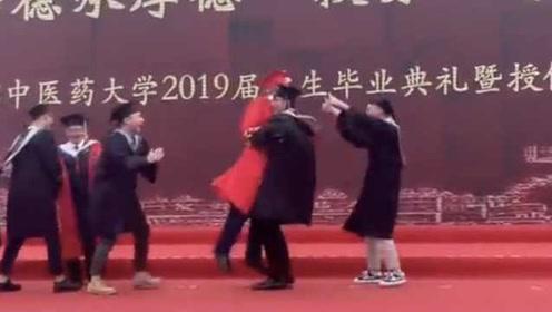 爱的魔力转圈圈!被毕业生熊抱转圈圈,校长表情亮了:哎哟!