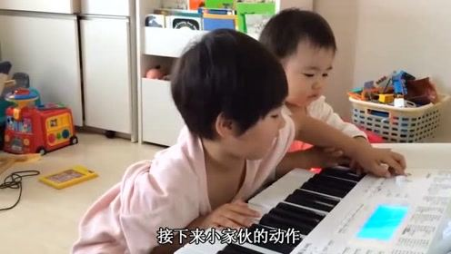 双胞胎在沙发上,太呆萌逗乐了,双胞胎小宝宝抢湿纸巾盒