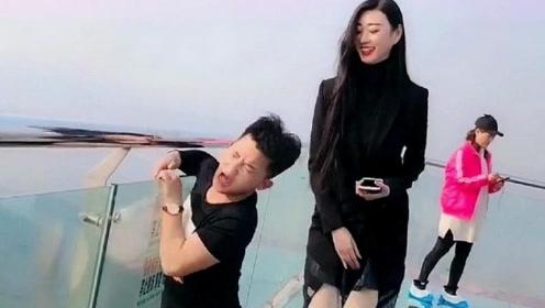 两米高美女巨人_2米高的女巨人走玻璃桥,接下来一个动作,直接把我逗笑了!
