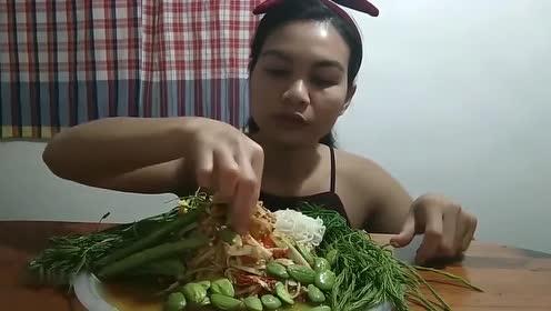 泰国大妈吃蔬菜沙拉,倒上醋吃的老香了,网友:好吃吗