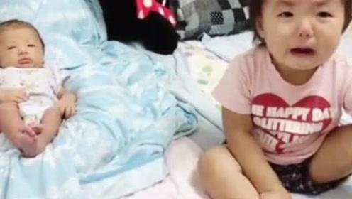 发现二胎弟弟拿自己的被子当床垫,接下来宝宝立马委屈的哭了!
