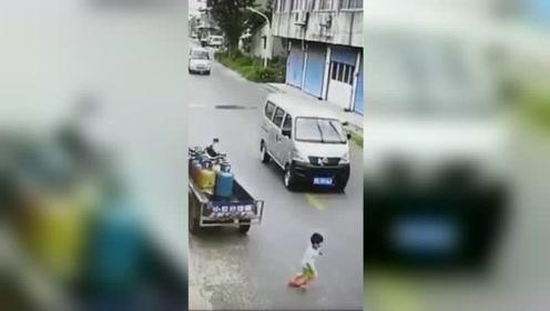 4岁男童横冲马路被撞 家长被判定与肇事司机同责