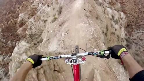 行走在悬崖峭壁的山地自行车爱好者,第一视角让你荷尔蒙飙升